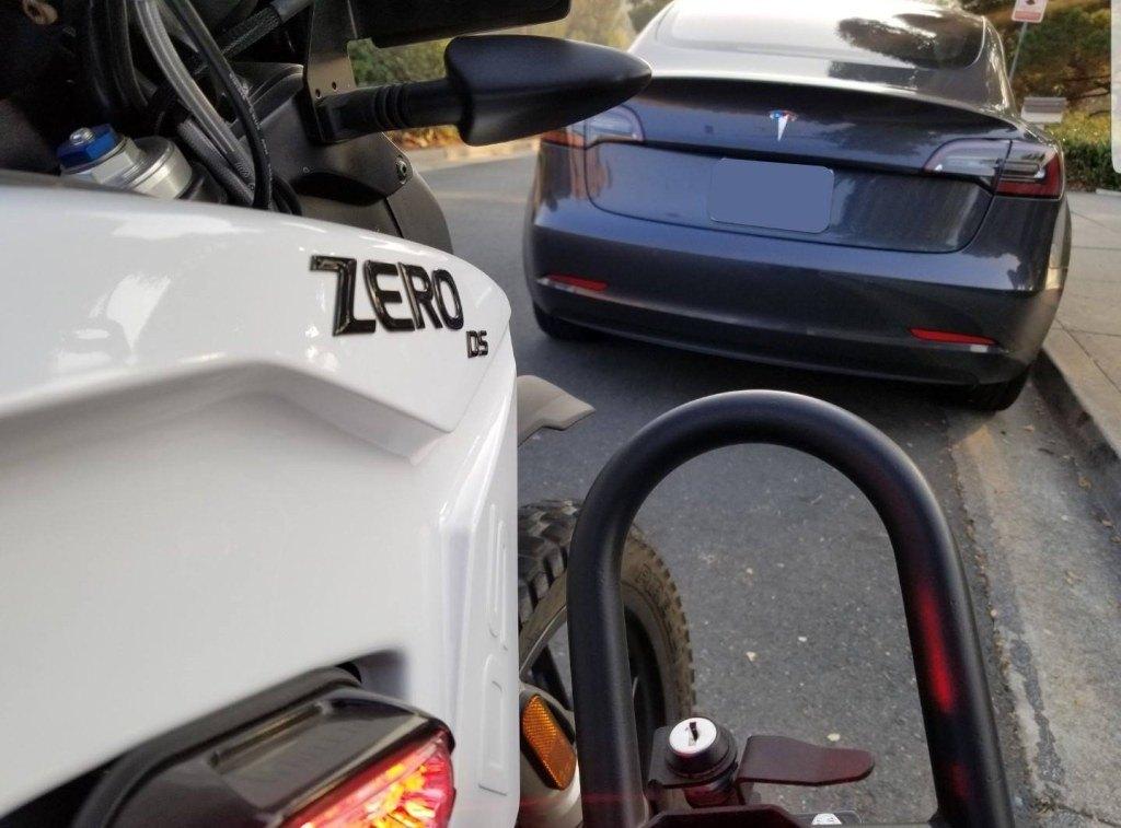 """¿Qué pasa si un vehículo eléctrico persigue a otro? Se crea la """"persecución más silenciosa de la historia"""""""